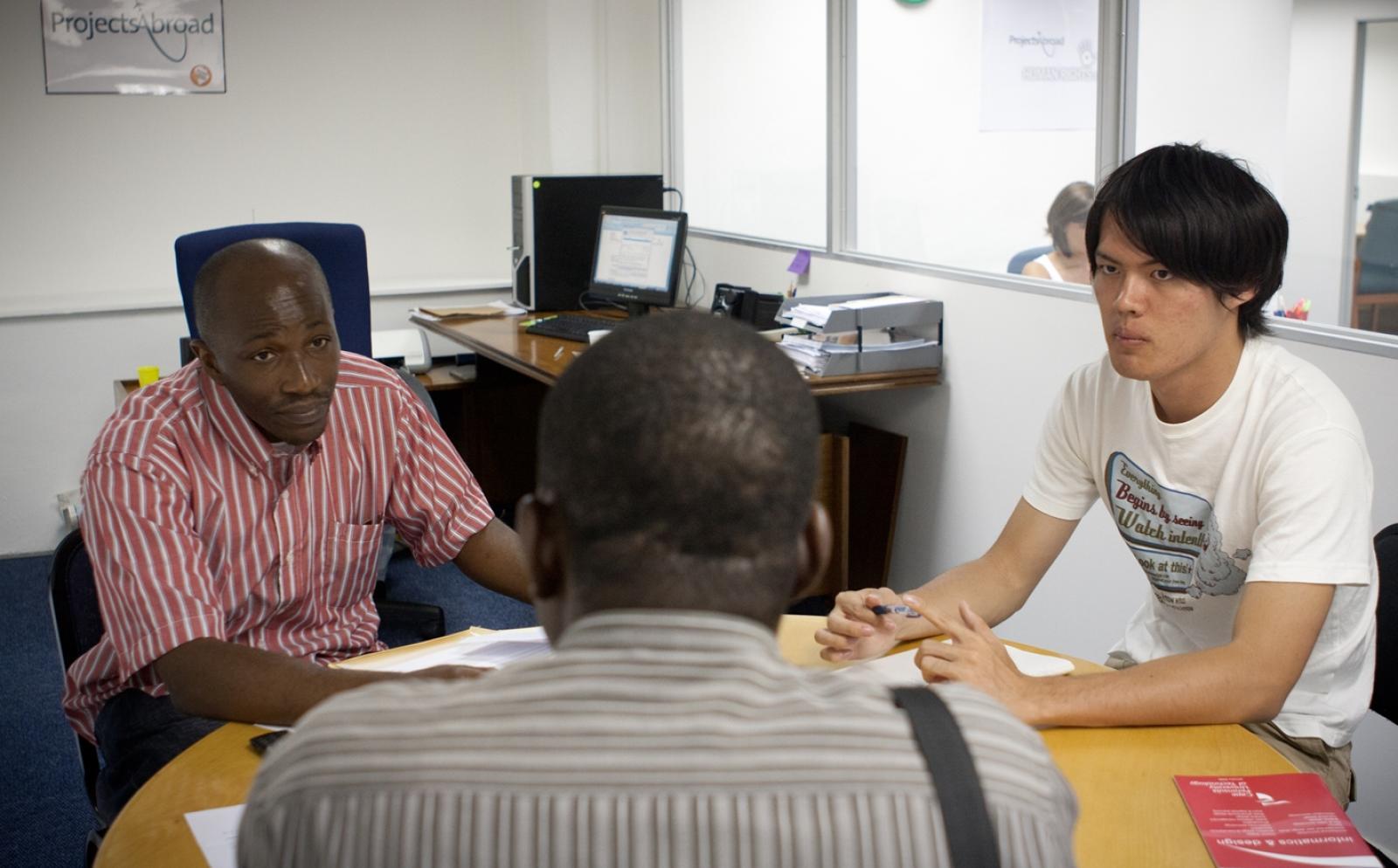 南アフリカ共和国でクライアントミーティングを行う法律&人権インターン